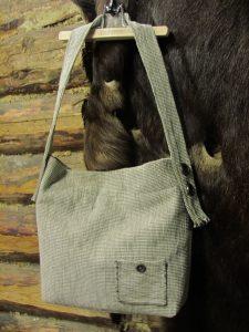 Rankinė. 40/40cm. Išorėje dekoratyvinė kišenėlė. Pagrindinis skyrius užsegamas užtrauktuku. Gobelenas.