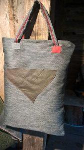 """Krepšys """"viskam"""". 37/50cm. Pagrindinis skyrius užsegamas užtrauktuku. Išorės priekyje užsegama kišenėlė. Nugaroje - trikampė maža kišenėlė. Gobelenas. Oda."""