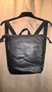 Kuprinė 30/29/4 Užsegama užtrauktuku. Išorės nugaroj užtrauktuku segama kišenė. Viduj dvi kišenėlės. Oda. Vidus - impregnuoto, pakietinto lino.