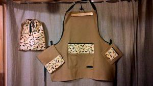 Virtuvės komplektas: prijuostė su kišene, du puodkėliai, maišelis. Medvilnė, gobelenas.