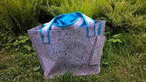 Didelis krepšys (pliažui, pirčiai) su viduje užtraukiamu pamušalu ir pririšta kosmetine. 45/70cm. Veltinis, poliesteris.