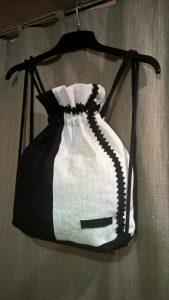 Kuprinė. Užtraukiama virve, su viena užsegama kišenėle. 37/30/7 cm. Linas.